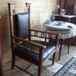 Кресло из дуба в интерьере дома