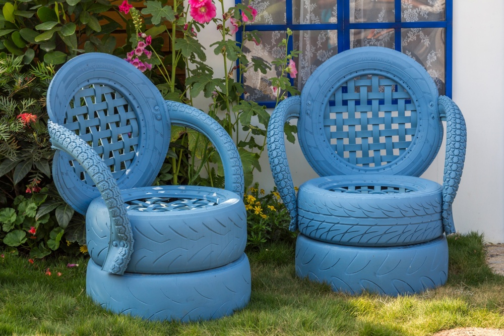 Кресло из колес в голубом цвете