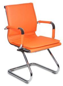 Кресло, оформленное в оранжевом цвете