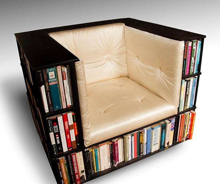 Кресло с оригинальным дизайном из книг