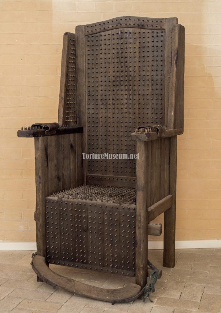Кресло, созданное из бруса