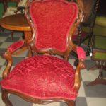 Кресло, созданное из дорогого красного дерева