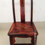 Кресло, созданное из красного дерева
