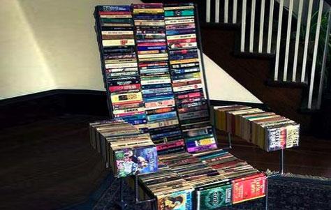 Кресло, созданное из старыз книг