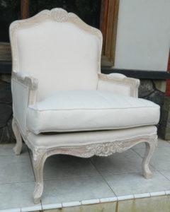 Кресло в белом цвете