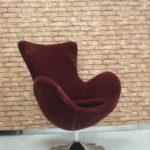 Кресло яйцо, выполненное в бордовом цвете