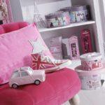 Малиновое детское кресло для дома