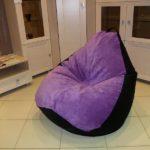 Мешок кресло в интерьере дома, выполненное в пурпурном цвете