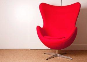 Миниатюрное яркое красное кресло