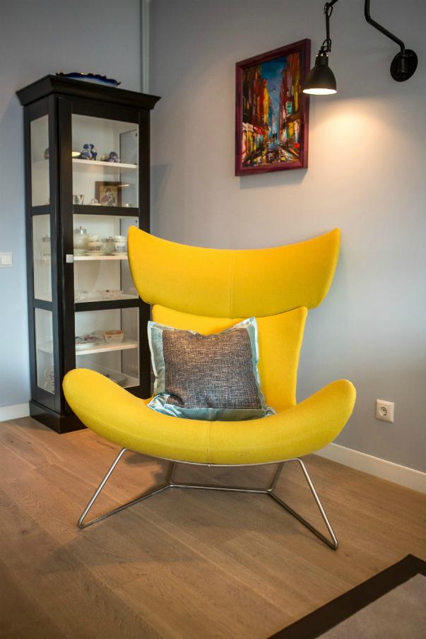 Мягкое кресло в интерьере
