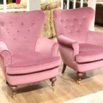 Модели мягких кресел, созданных в розовом цвете