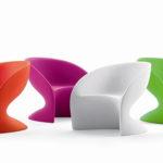 Модное пластиковое кресло для стильного интерьера