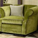 Мягкое красивое оливковое кресло