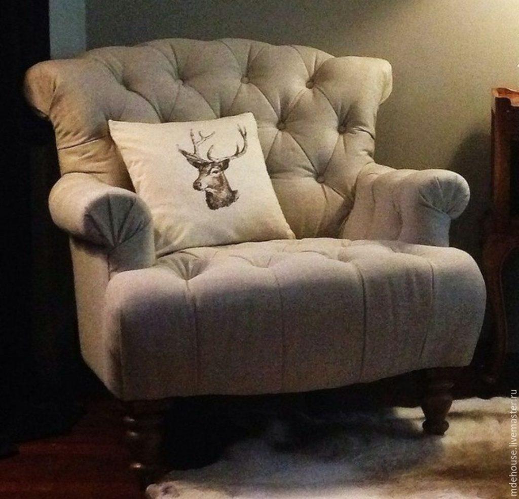 Мягкое красивое светлое кресло, оформленной с помощью велюра