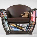 Мягкое кресло с каркасом из книг