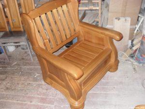 Небольшое кресло из сосны