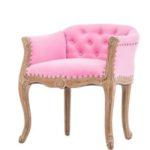 Небольшое кресло, оформленное в розовом цвете
