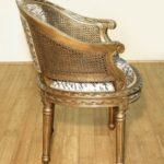 Небольшое кресло в золотом цвете