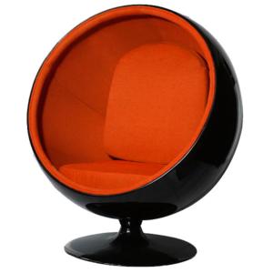 Оранжевое кресло с черными деталями