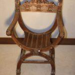 Ореховое красивое кресло для дома