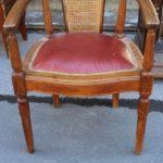 Ореховое кресло для дома