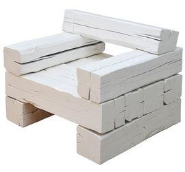 Оригинальное белое кресло, созданное на основе бруса