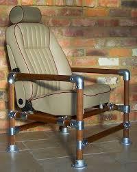 Практичное современное кресло на оснвое металлических труб