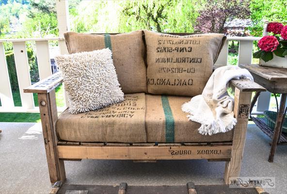 Практичное удобное кресло, созданное из поддонов