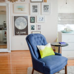 Простое и уютное кресло в синем цвете