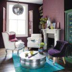Пурпурное кресло в интерьере