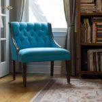 Размещенное кресло у окна бирюзового цвета