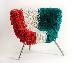 Разноцветное кресло на основе каната