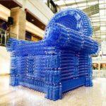 Шикарное синие кресло из бутылок