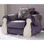 Широкое фиолетовое кресло с подушкой