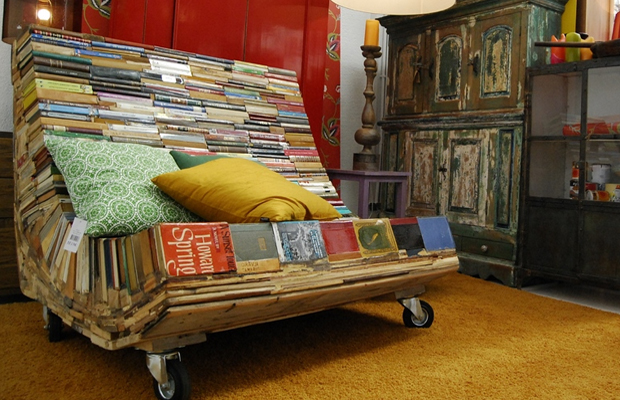 Широкое кресло, изготовленное из книг