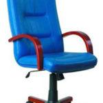 Синее кресло с деревянными подлокотниками