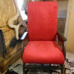 Современное кресло, оформленное в бордовом цвете