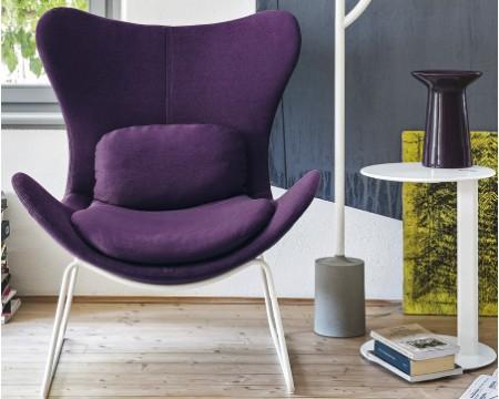 Современный дизайн кресла, оформленного в пурпурном цвете