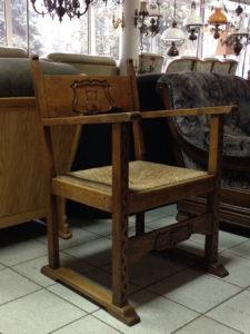 Старинное дубовое кресло для дома