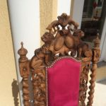 Старинное красивое кресло из ореха
