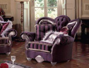 Стильное кресло пурпурного цвета