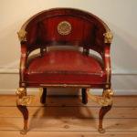 Стильное современное кресло на основе красного дерева