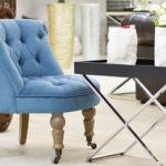 Светлое бирюзовое кресло в интерьере дома