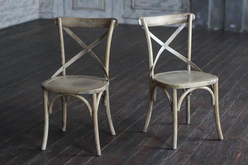 Светлое красивое кресло из осины