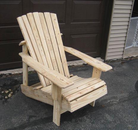 Светлое кресло на основе поддонов