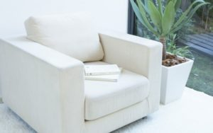 Удобное белое кресло для рабочего стола
