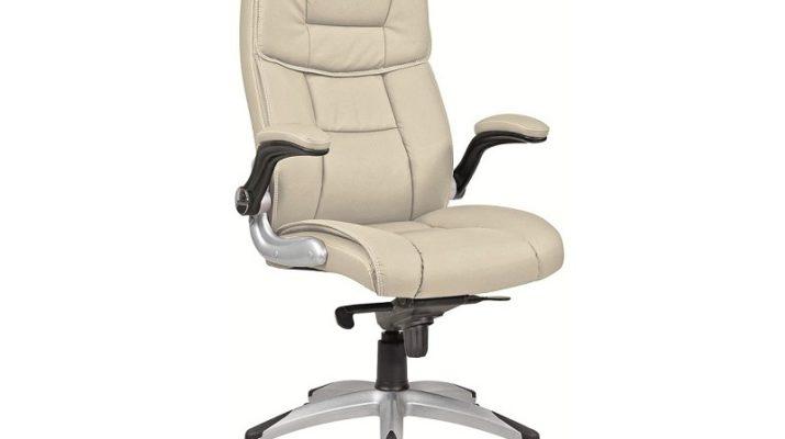 Удобное кресло, оформленное в бежевом цвете