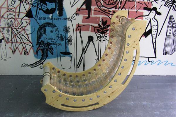 Удобное кресло, созданное с помощью бутылок