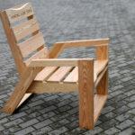 Уличное кресло, созданное из лиственницы
