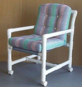 Уличное кресло, созданное на основе пластиковых труб